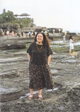 90年代前半のアン=バリのタナロット寺院で(米国立人類学アーカイブ提供)