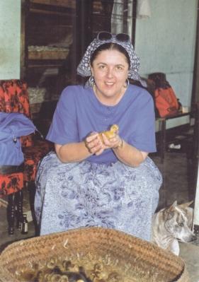 バリでアヒル飼育を見学するアン=米人類学アーカイブ提供