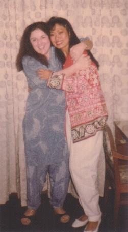 バティックで作ったムームー姿のアン(左)と抱き合うジュリア=Julia Suryakusuma提供