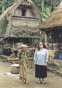 ロンボク島の村で老婆とアン(米国立人類学アーカイブ提供)