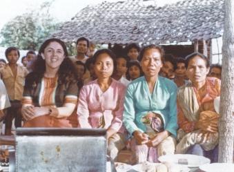 開発プログラムでロンボク島を訪れたアン(左)と村の女性ら=米国立人類学アーカイブ提供