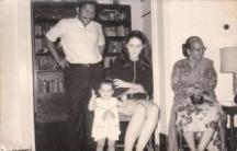 アンと娘マイヤ、夫ロロ(左)、ロロの母(右)=ケイ・イクラナガラ提供