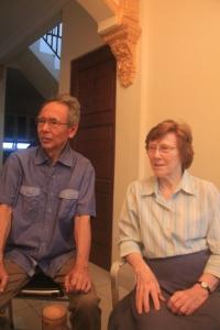 アン家族との思い出を語るイクラナガラ夫妻=ジョクジャカルタの自宅で、筆者写す