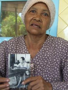 アンが撮影した夫の写真を大切にしているサストロスヨノ=カジャール村で筆者写す