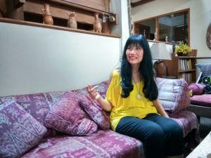 在りし日のアンについて語るジュリア=南ジャカルタの彼女の自宅で筆者写す